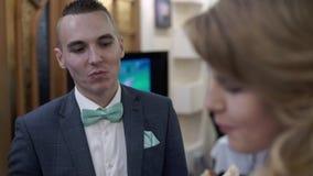 Novia y novio que rompen el pan de la boda almacen de video