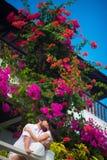 Novia y novio que se besan en el balcón imagenes de archivo