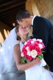 Novia y novio que se besan en la boda imagen de archivo