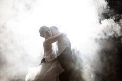 Novia y novio que se besan en niebla en la noche imagen de archivo libre de regalías