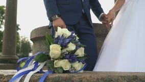 Novia y novio que se colocan en una ceremonia de boda almacen de metraje de vídeo