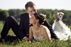 Novia y novio que son románticos fotografía de archivo libre de regalías