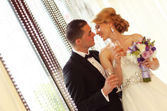 Novia y novio que tuestan en su día de boda Foto de archivo libre de regalías
