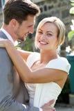 Novia y novio románticos Embracing Outdoors imagenes de archivo