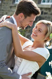 Novia y novio románticos Embracing Outdoors imagen de archivo