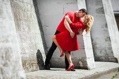 Novia y novio rubios atractivos hermosos que abrazan cerca de la pared de la iglesia Imagenes de archivo
