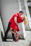 Novia y novio rubios atractivos hermosos que abrazan cerca de la pared de la iglesia Imágenes de archivo libres de regalías