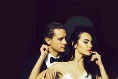 Novia y novio sensuales imagen de archivo