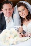 Novia y novio Signing Wedding Register Fotos de archivo