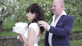 Novia y novio un paseo romántico en el manzanar almacen de metraje de vídeo