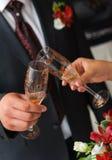 Novia y novio vidrios de un tintineo. Pares de la boda Foto de archivo