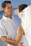 Novia y pares casados novio en la boda de playa Imágenes de archivo libres de regalías