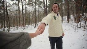 Novia y siguiente de su novio en bosque del invierno almacen de video