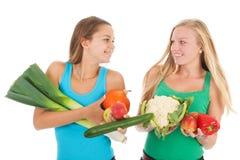 Novias adolescentes con las verduras frescas y la fruta Foto de archivo libre de regalías