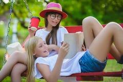 Novias alegres que se divierten en el oscilación al aire libre Concepto de la amistad Fotografía de archivo