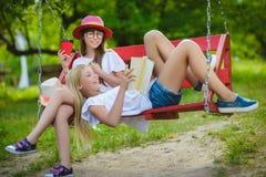 Novias alegres que se divierten en el oscilación al aire libre Concepto de la amistad Imagen de archivo