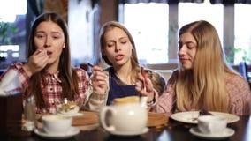 Novias atractivas que se enfrían hacia fuera en el restaurante almacen de video