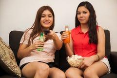 Novias bonitas que ven la TV Fotos de archivo