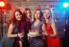 Novias de la fiesta de cumpleaños Velas ligeras de las mujeres en la torta con Imágenes de archivo libres de regalías
