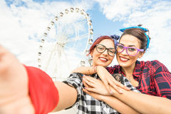 Novias de las mujeres jovenes que toman el selfie en la noria en el público Fotos de archivo libres de regalías