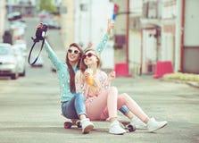Novias del inconformista que toman un selfie en ciudad urbana Imagen de archivo