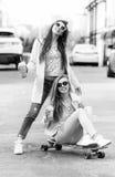 Novias del inconformista que toman un selfie en ciudad urbana Fotografía de archivo libre de regalías