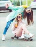 Novias del inconformista que toman un selfie en ciudad urbana Foto de archivo libre de regalías