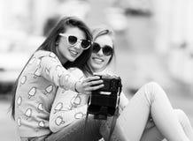 Novias del inconformista que toman un selfie en ciudad urbana Foto de archivo