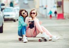 Novias del inconformista que toman un selfie en ciudad urbana Imagen de archivo libre de regalías