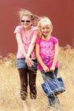 Novias en campo herboso ventoso fotos de archivo libres de regalías