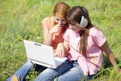 Novias en el campo con la computadora portátil Foto de archivo libre de regalías