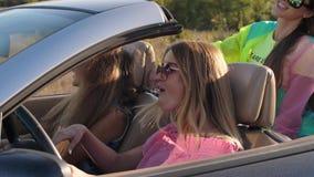 Novias en un coche convertible almacen de metraje de vídeo