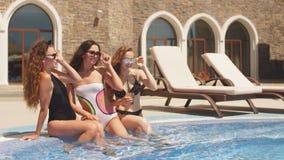 Novias encantadoras en diversos bañadores de moda y gafas de protección del sol almacen de video