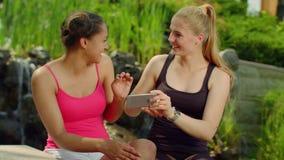 Novias felices que toman la foto con smartphone en parque Amigos de Selfie al aire libre almacen de metraje de vídeo