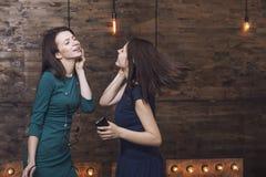 Novias hermosas de las mujeres de la moda que cantan mientras que escucha m Imágenes de archivo libres de regalías