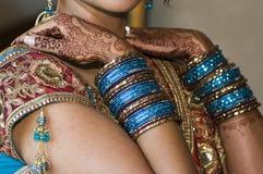 Novias hindúes Jewlery y alheña Fotos de archivo