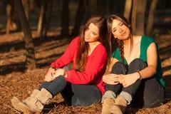 Novias jovenes que juegan en un parque Foto de archivo