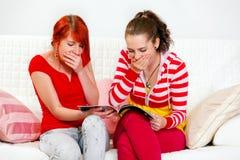 Novias jovenes sorprendentes que miran el compartimiento de manera Imagen de archivo