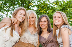 Novias jovenes y atractivas felices imagenes de archivo