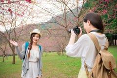 Novias modernas Sakura de visita turístico de excursión de la belleza Imagen de archivo libre de regalías