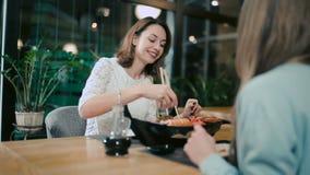 Novias que comen el sushi en restaurante japonés almacen de video