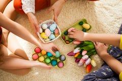 Novias que juegan con el conejo Fotografía de archivo libre de regalías
