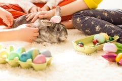 Novias que juegan con el conejo Fotos de archivo