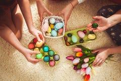 Novias que juegan con el conejo Foto de archivo libre de regalías