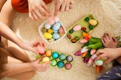 Novias que juegan con el conejo Imagen de archivo