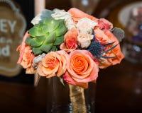 novias que se casan la flor bokay en un florero fotos de archivo libres de regalías