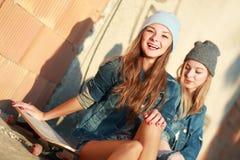 Novias que se divierten con un monopatín Imagen de archivo libre de regalías