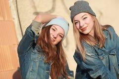 Novias que se divierten con un monopatín Fotos de archivo