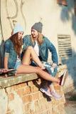 Novias que se divierten con un monopatín Fotos de archivo libres de regalías