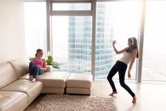 Novias que se divierten mientras que música que escucha en casa Imagenes de archivo